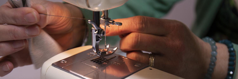 naaimachine waarbij de naaidraad wordt afgesneden